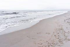 La mer baltique, la vague est venue diagonalement images stock