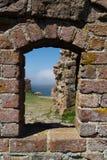 La mer baltique vue par la fenêtre au château de Hammershus Images libres de droits