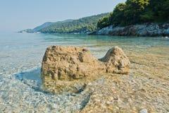 La mer bascule à calme et l'eau clair comme de l'eau de roche de turquoise au matin, Milia échouent, île de Skopelos photo stock