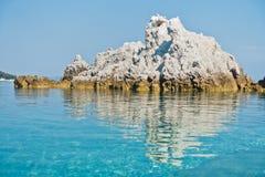La mer bascule à calme et l'eau clair comme de l'eau de roche de turquoise au matin, Milia échouent, île de Skopelos photos stock