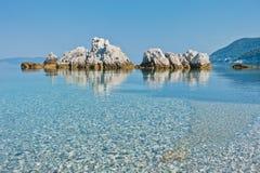 La mer bascule à calme et l'eau clair comme de l'eau de roche de turquoise au matin, Milia échouent, île de Skopelos image stock