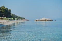 La mer bascule à calme et l'eau clair comme de l'eau de roche de turquoise au matin, Milia échouent, île de Skopelos photo libre de droits