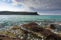 La mer bascule et ondule à la plage en île de San Pietro, Sardaigne Photo libre de droits