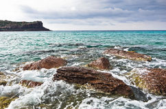 La mer bascule et ondule à la plage en île de San Pietro, Sardaigne Photos libres de droits