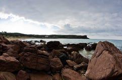 La mer bascule et ondule à la plage en île de San Pietro, Sardaigne Photographie stock libre de droits