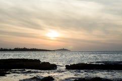 La mer bascule la lumière de coucher du soleil Photos stock