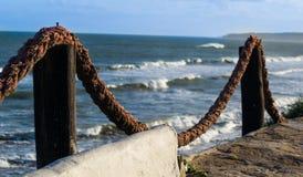La mer bleue de bord de mer ondule l'été Photographie stock