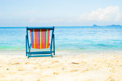 La mer bleue et le sable blanc échouent avec la plage d'été de chaises de plage aucune Photos stock