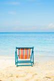 La mer bleue et le sable blanc échouent avec la plage d'été de chaises de plage aucune Photo libre de droits