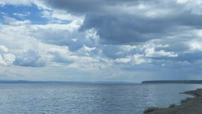 La mer calme ondule dans la perspective des nuages banque de vidéos