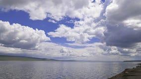 La mer calme ondule dans la perspective des nuages clips vidéos
