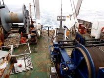 La mer d'Okhotsk/de Russie - 1er août 2015 : Enfermez dans une boîte l'échantillonneur et le treuil de noyau sur la poupe de rv A photographie stock libre de droits