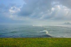 La Mer d'Oman faisante rage outre de la côte de l'Inde image stock