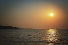 La mer dans toute sa beauté tranquille avec le coucher du soleil Images stock