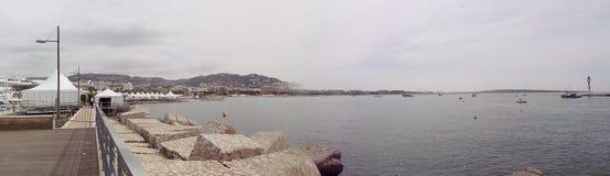 La mer de Cannes Cote d Azur de Frances ondule la côte panoramique de phare photos stock