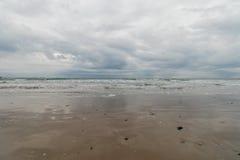 La mer de la plage sous un ciel de tempête images libres de droits