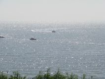 La mer de scintillement est reliée au ciel photo stock