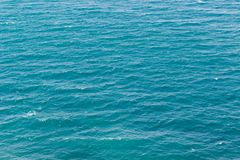 La mer de turquoise ondule le fond Photographie stock libre de droits