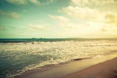 La mer de vintage et le ciel bleu opacifie sur la plage en été Images stock