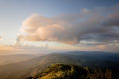 La mer du brouillard avec les forêts et la vallée de montagnes, belle dans le paysage de nature, Doi Thule, province de Tak, Thaï photographie stock libre de droits