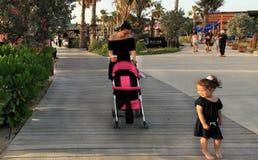 La Mer em Dubai, UAE - 6 de maio de 2018: Uma mulher com uma criança é wal imagem de stock