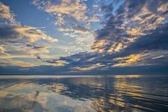La mer et la belle étendue du ciel bleu avec les nuages et le su image libre de droits
