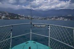 La mer et la côte avec un schooner Photo stock