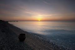 la mer et le beau coucher du soleil Photographie stock