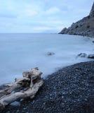La mer et le bois de construction de nuit Images libres de droits