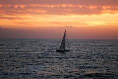 La mer et le yacht sur un coucher du soleil photo stock