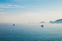 La mer et les bateaux bleus dans Huinnyeoul cultivent le village, Busan, Corée Images libres de droits