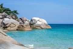 La mer et les rochers tranquilles bleus échouent chez Koh Phangan, Thaïlande, Asie Images libres de droits