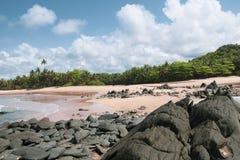 La mer et les roches dans Axim Ghana image libre de droits