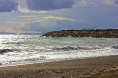 La mer Méditerranée d'hiver orageux et vident la plage sablonneuse Image stock