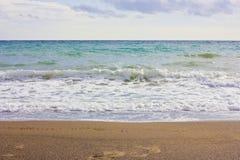 La mer Méditerranée d'hiver orageux et vident la plage sablonneuse Photos stock