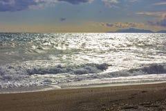 La mer Méditerranée d'hiver orageux et vident la plage sablonneuse Photographie stock libre de droits