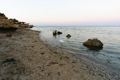 La mer Méditerranée dans les rayons de la mousse de coucher de soleil ondule et sable de mer Photos libres de droits