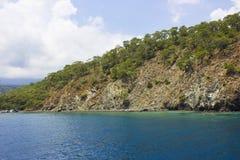 La mer Méditerranée et montagnes calmes avec les arbres verts à Antalya photos stock