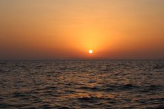 La mer Méditerranée Lever de soleil au-dessus de la mer calme, nuages photos stock