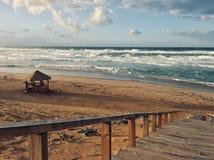 La mer Méditerranée onduleuse avec des escaliers le temps de coucher du soleil dans Skikda Algérie images stock