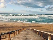 La mer Méditerranée onduleuse avec des escaliers le temps de coucher du soleil dans Skikda Algérie image libre de droits