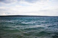 La mer Méditerranée rugueuse, Nerezine Croatie Photos stock