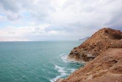 La mer morte et les montagnes, les ondes soient Image libre de droits