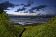 La mer ondule au coucher du soleil Photo libre de droits