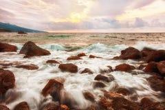 La mer ondule au lever de soleil Images stock