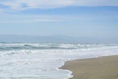 La mer ondule avec la mousse au rivage du parc national Cabo De Gata Photos libres de droits