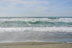 La mer ondule avec la mousse au rivage du parc national Cabo De Gata Image libre de droits