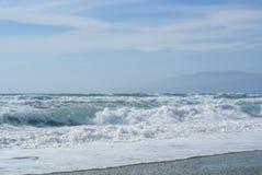 La mer ondule avec la mousse au rivage du parc national Cabo De Gata Photos stock