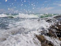 La mer ondule et éclabousse photographie stock