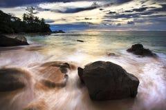 La mer ondule la ligne de jeu roche d'incidence sur la plage Images libres de droits